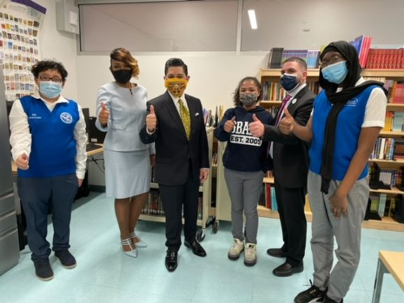 Chancellor Carranza poses with Gray Fellow Roshone Ault Lee and students within her classroom